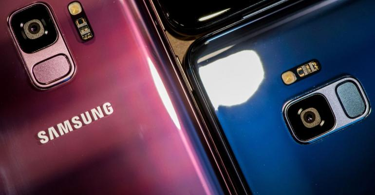 A camera and fingerprint reader sit on the rear casing of Galaxy S9 smartphones as they stand on display during a Samsung Electronics Co. 'Unpacked' launch event in London, U.K., on Thursday, Feb. 22, 2018. The South Korea-based technology giant is banking on new features such as augmented reality-based emojis, camera upgrades, and stereo speakers in a form-factor similar to last year's model in order to take on Apple Inc.'s iPhone X. Photographer: Chris J. Ratcliffe/Bloomberg
